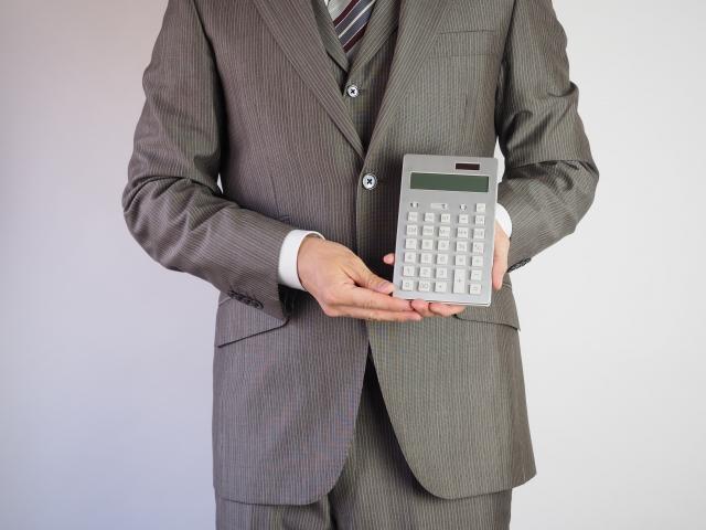 電卓を持つサラリーマン
